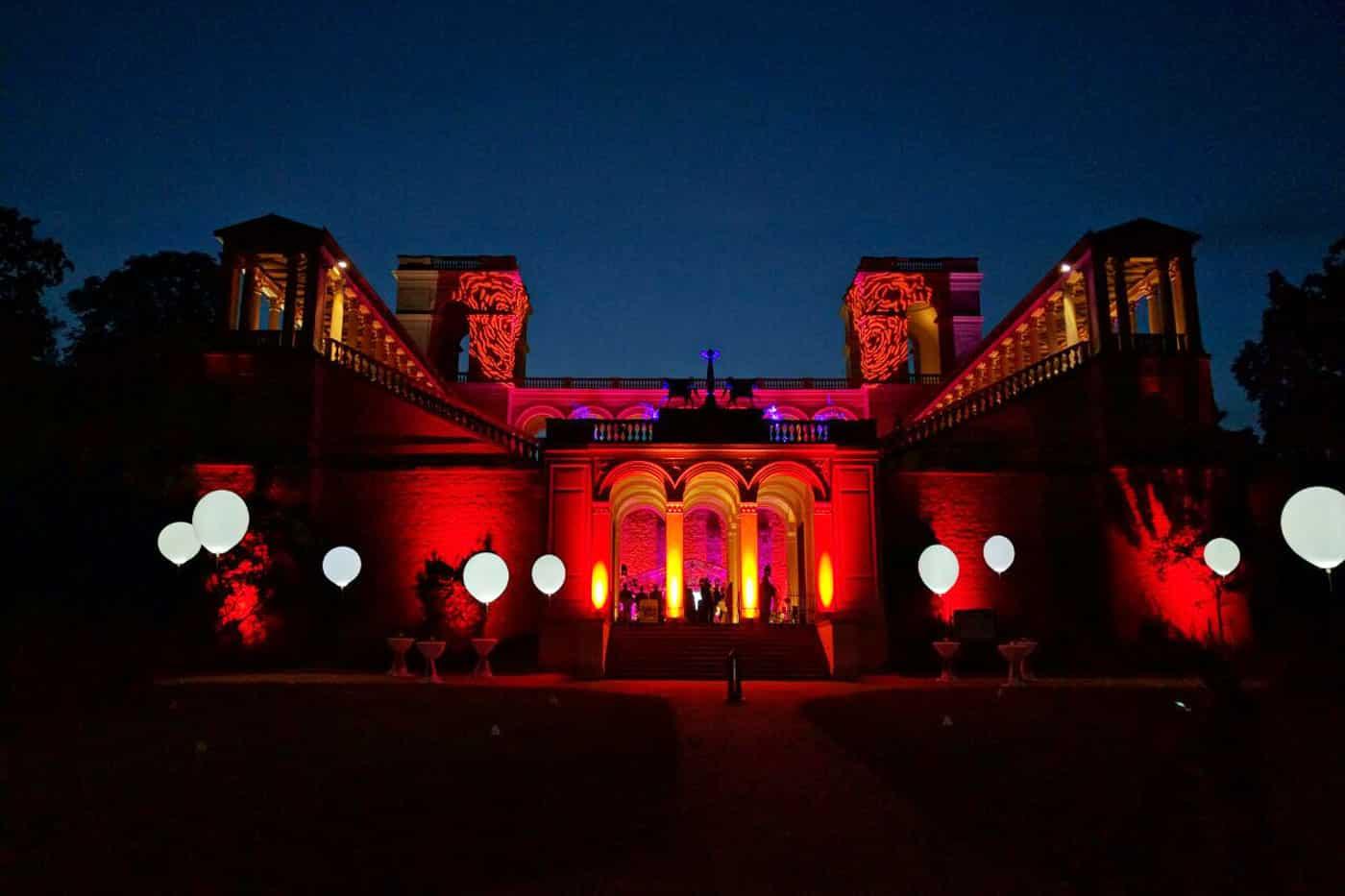 Leuchtballons 80 cm aufgereiht vor Schloss Belvedere Potsdam
