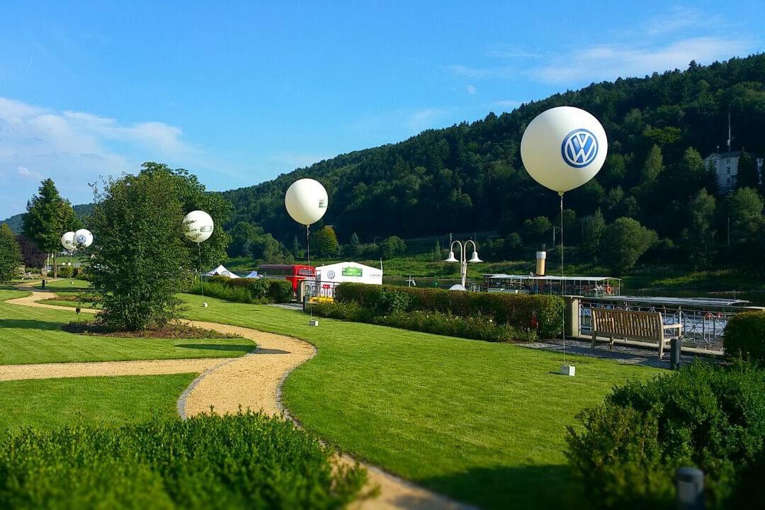 Leuchtballons am Tage mit VW Branding an der Elbe