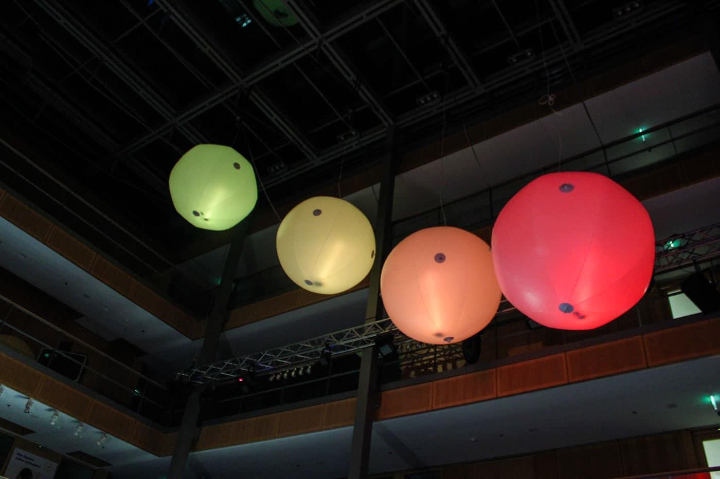 Messeballons von der Decke abgehangen zu dekozwecken