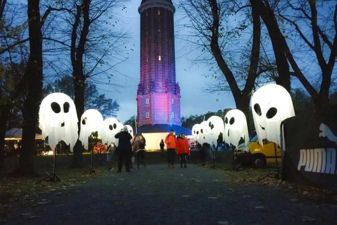 Leuchtballons mit weisser Decke erscheinen als Geister