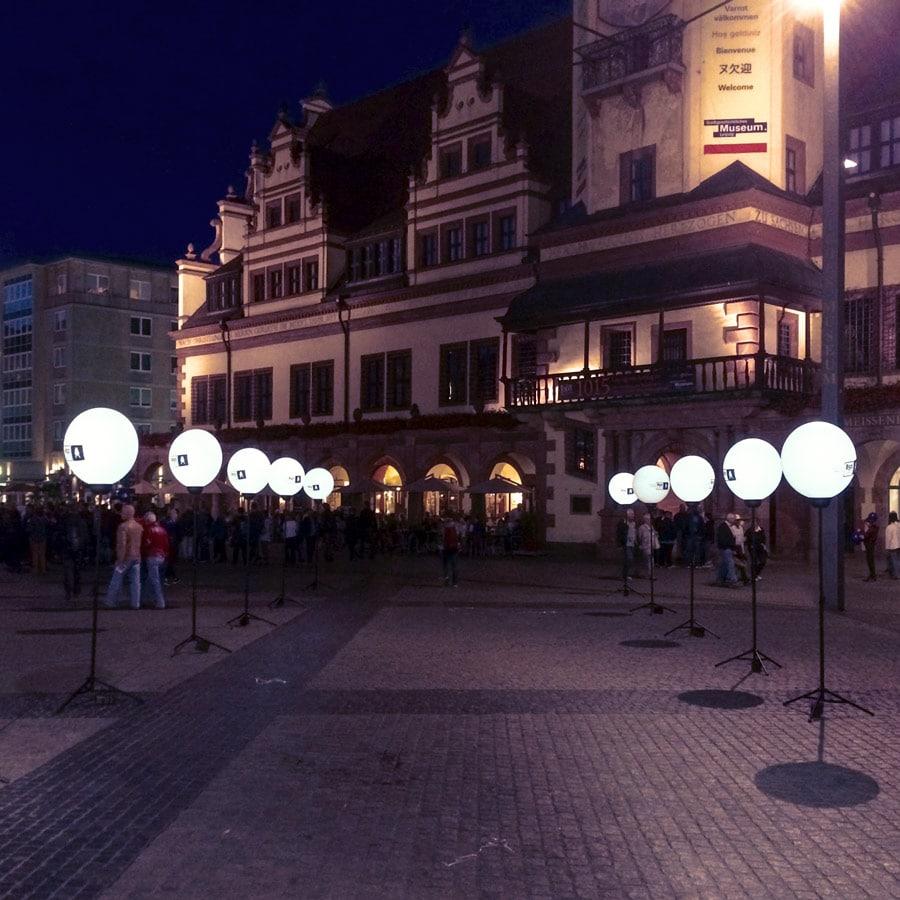 Mehrere 150 cm Werbeballon auf Stativen in zwei Reihen