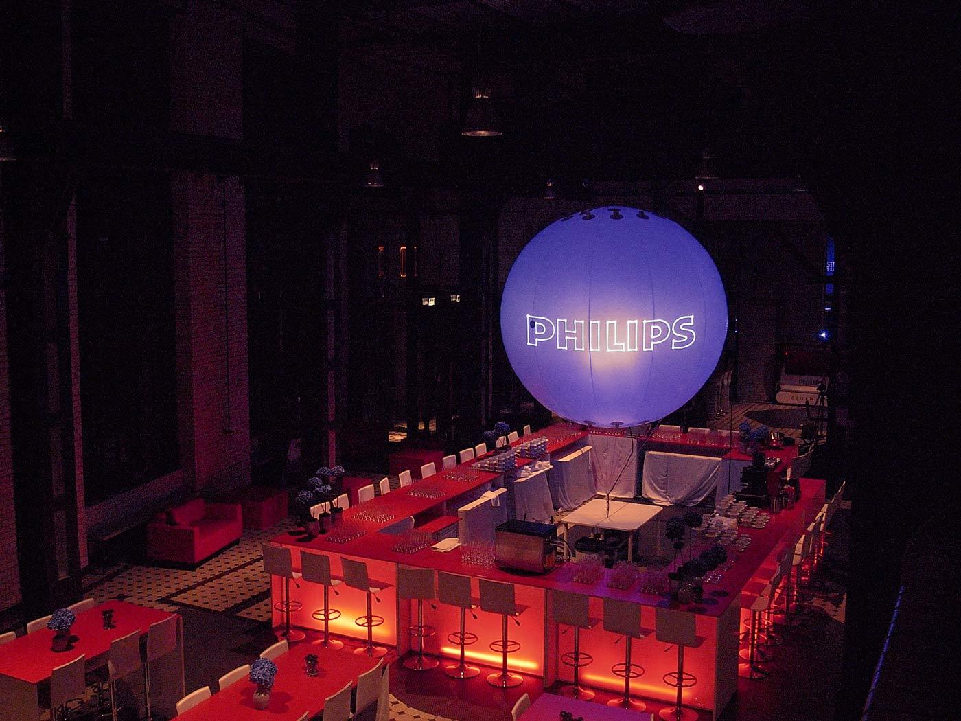 Werbeballon mit Philips Logo über einer Bar